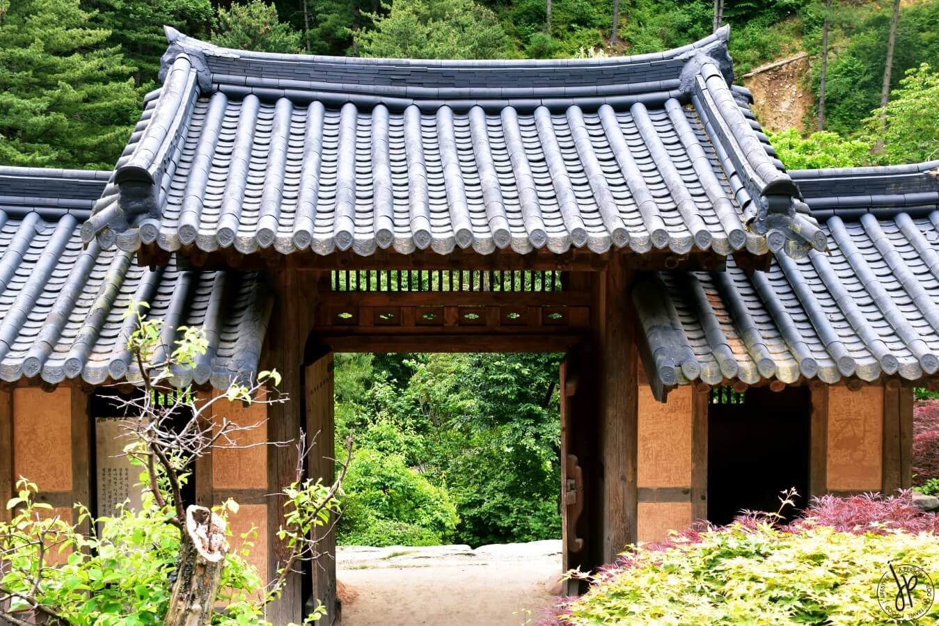 traditional korean house and roof