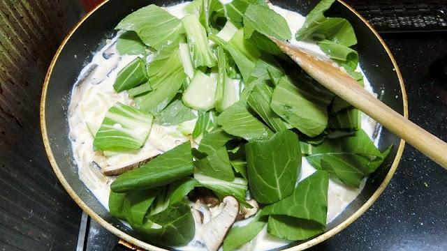 チンゲン菜の葉を加えて煮詰めながら火を通す