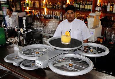 Дрон доставляет коктейль в ресторане
