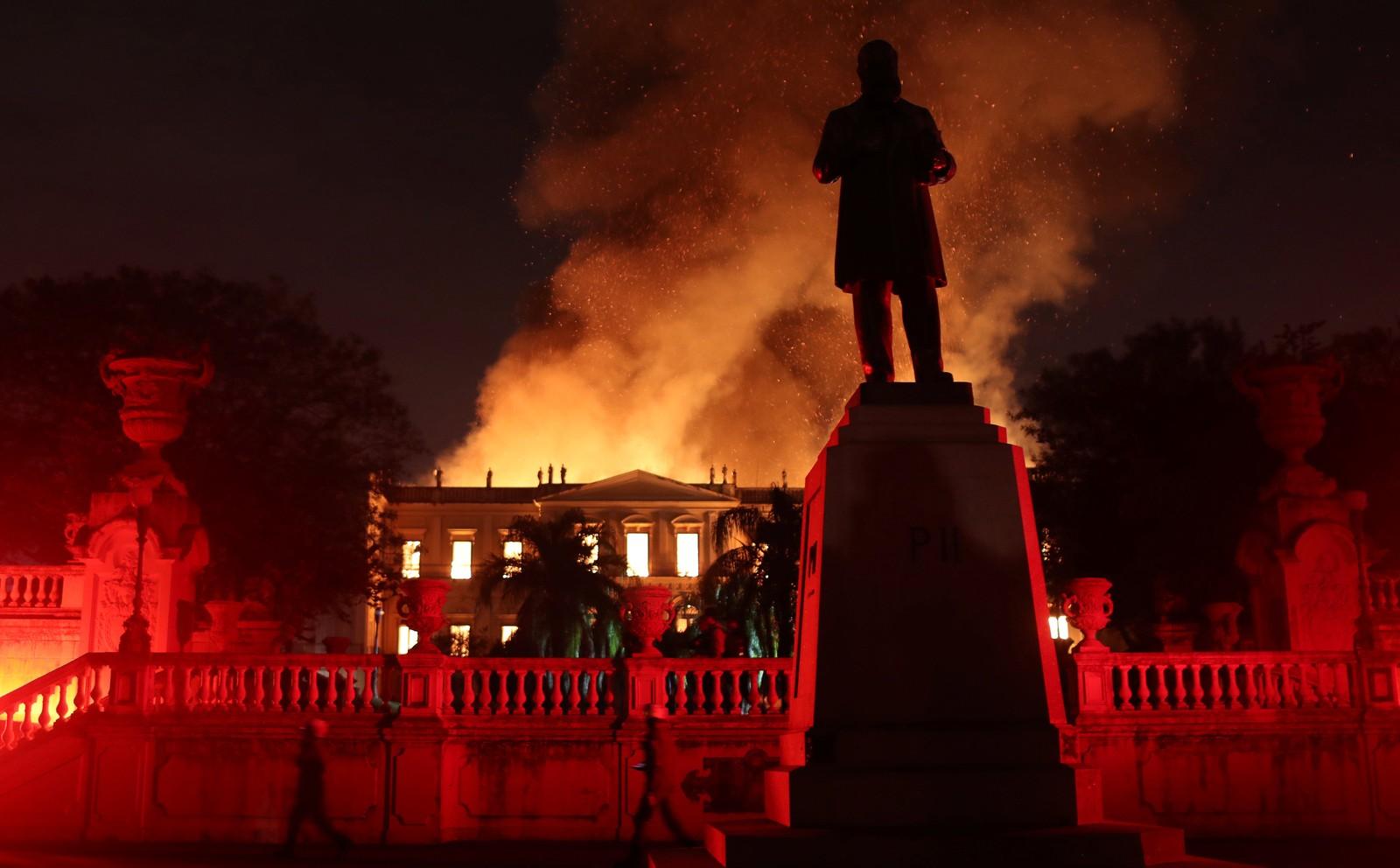 Museu Nacional destruído por incêndio de grandes proporções, na Quinta da Boa Vista