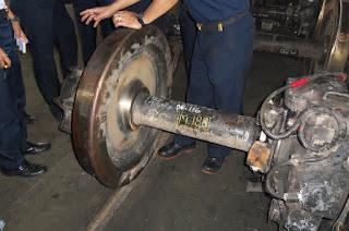 roda KRL yang dilepas dari bogienya.
