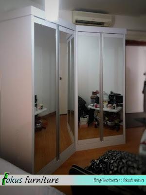 Lemari pakaian dengan pintu cermin lis aluminium
