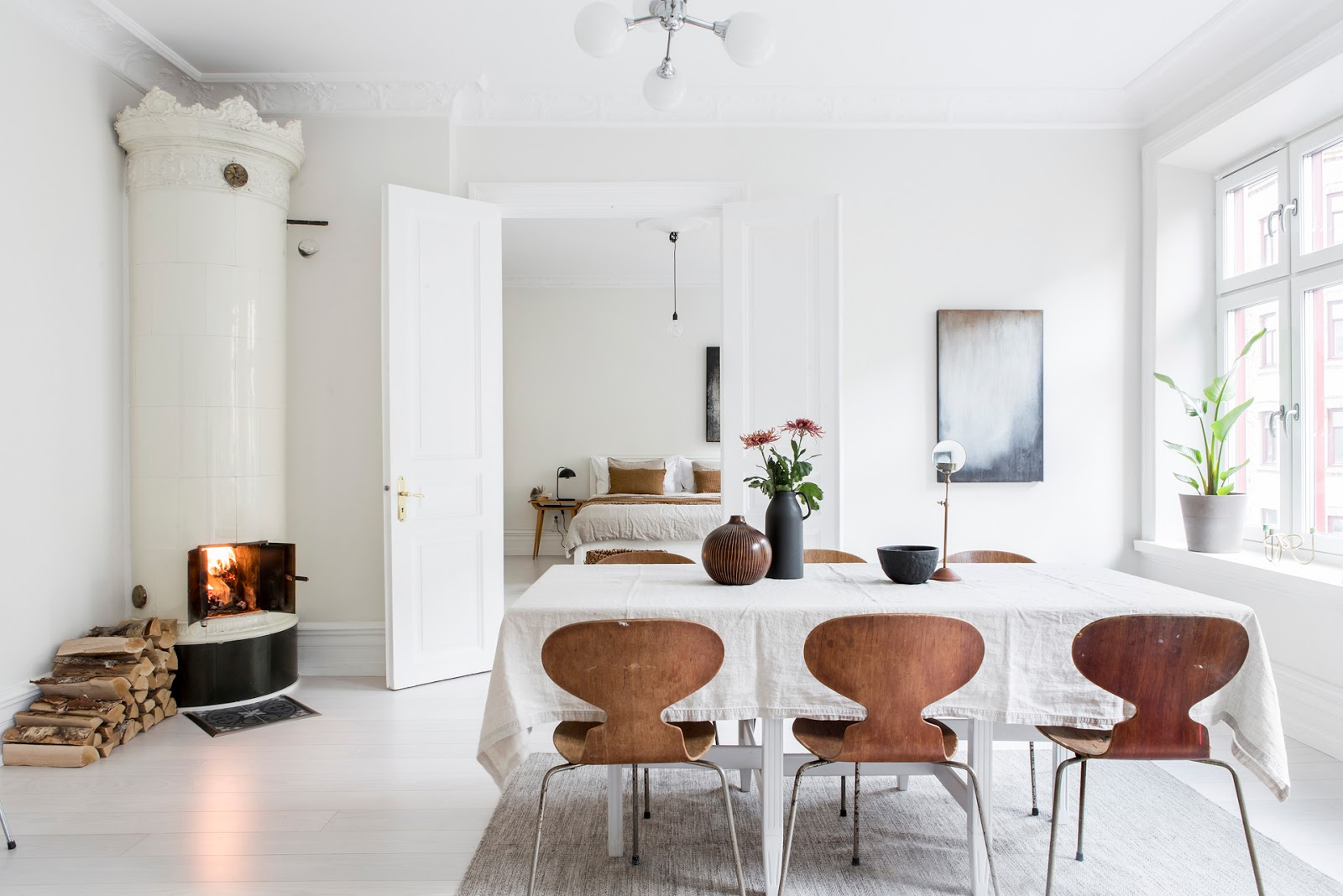 Accente calde de maro într-un apartament de 108 m² amenajate în alb