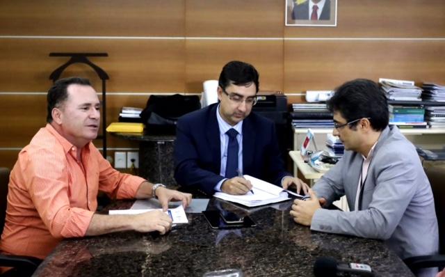 Prefeito do Município Sérgio Miranda, participou de reunião com o presidente da COMPESA, Roberto Tavares e diretor Regional do Interior, Marconi de Azevedo.