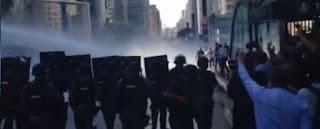 CONFLITO na PAULISTA. Manifestantes se negam a sair e são retirados a força pela polícia
