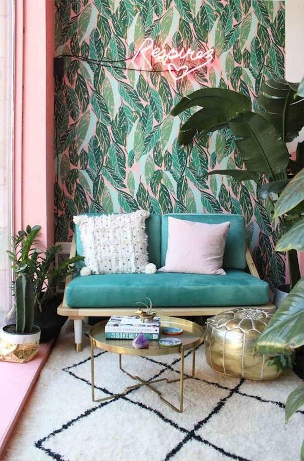 10 formas de veranizar tu casa con guiños tropicales; Salón estilo tropical con mesa y detalles dorados