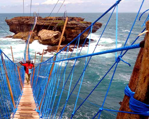 Tinuku Designers complete suspension bridge linking Java and Panjang Island in Timang beach