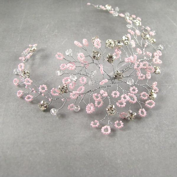 Gałązka ślubna do włosów z różowymi koralikami i kryształkami.