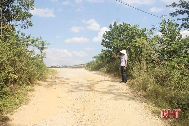 Kết nối đầu cầu là con đường đầy sỏi đá