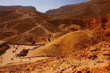 Tumba de Tutankamón (abajo a la izquierda) en el Valle de los Reyes, Tebas, Egipto, siglo XIV aC.