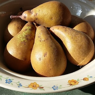 Picture of several pears from our garden in a bowl