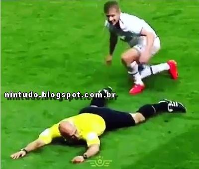 Quando o juiz decide roubar a bola