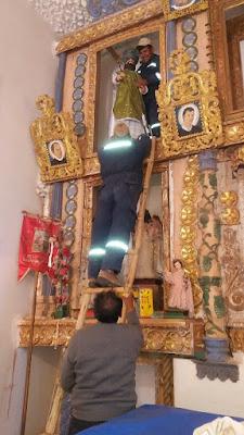 Ein Helfer klettert mit dem Heiligen die Leiter hinauf. Eine nicht ganz ungefährliche Mission.