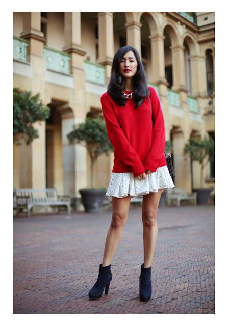 Белое летнее платье с красным свитером