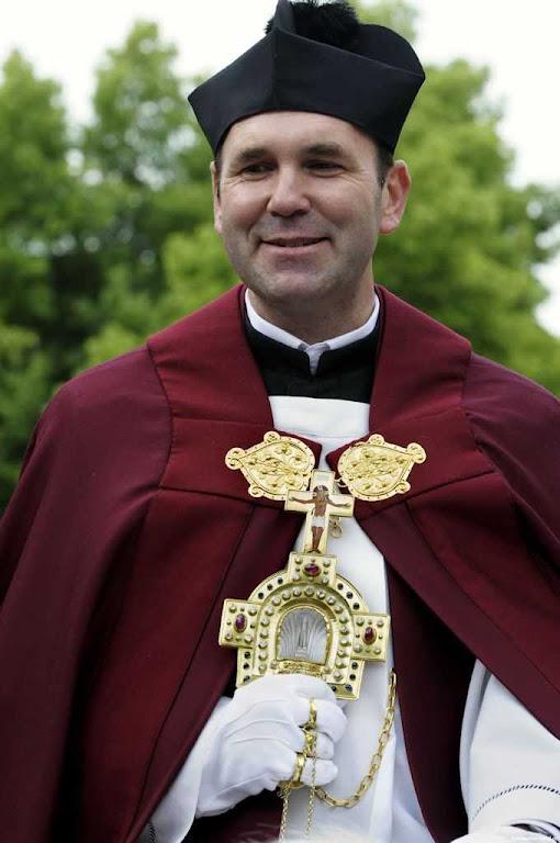 O sacerdote 'Cavaleiro do Sangue' leva a relíquia abençoando o povo