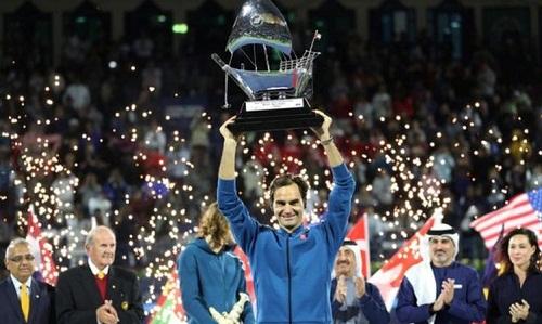 Federer nâng cúp vô địch dubai open 2019