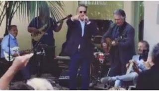 Ο Τομ Χανκς τραγουδά το «Χριστός Ανέστη» στα Ελληνικά και κάνει τους ομογενείς να ανατριχιάσουν