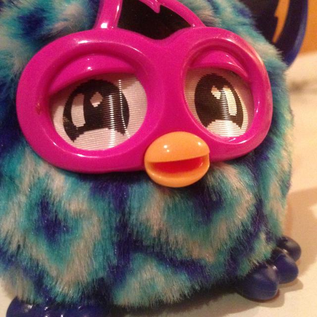 Furby Furbling - tágra nyitott szemekkel figyel