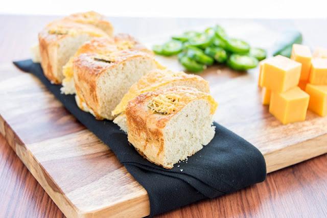 خبز بالجبن والشيدر