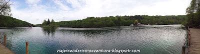 Vista desde el embarcadero en el Parque Nacional de los Lagos de Plitvice