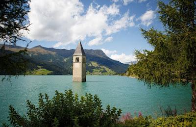 Danau Reschensee, Tirol Selatan, Italia, adanya gereja yang ditenggelamkan pada danau ini pada abad ke 14.