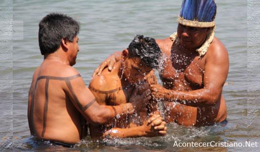 Indígenas de tribu amazónica se bautizan