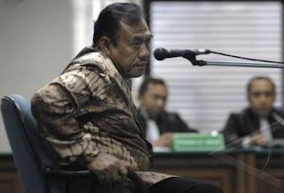 "Menurut Wakil Koordinator ICW Emerson Yuntho, ""Dia telah membebaskan sedikitnya 39 terdakwa kasus korupsi selama berdinas di pengadilan negeri Makassar dan Jakarta Pusat,"" katanya. Padahal, hakim Syarifudin pernah diangkat sebagai hakim karier di Pengadilan Tipikor berdasarkan SK No 041/KMA/K/III/2009 tertanggal 18 Maret 2009. Namun karena mendapatkan kritik dari sejumlah kalangan (media, akademisi, praktsi hukum dan LSM) akhirnya SK pengangkatan Syarifuddin Umar tersebut dibatalkan."