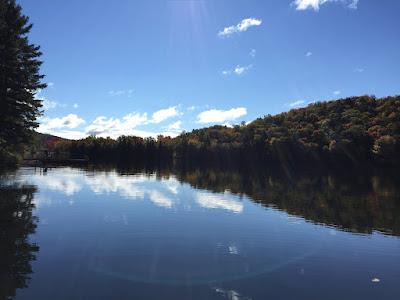 Das ist zwar nicht der richtige See, aber auch einer, in der Nähe von Mont Tremblant Village, wo du gut Kanu fahren kannst (gratis ausborgen beim Hi Hostel)  © diekremserin on the go