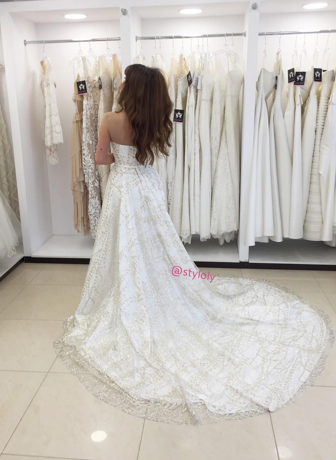 0767debd88 Tym samym najbardziej odważny i niestandardowy - to idealna kreacja na  ceremonię ślubną w plenerze. Suknia bez wątpienia ma w sobie to coś!