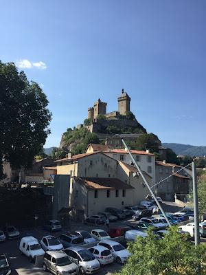 Burg in Foix mit Türmen inmitten der Stadt