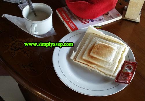 SANDWICH :  Bentuk menu makan pagi berupa Sandwich nya saat itu berbentuk seperti candi Borobudur.  Keren  Kreatif. Foto Asep Haryono