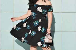 Foto ilustrativa | Vestido midi preto com flores e ombros à mostra