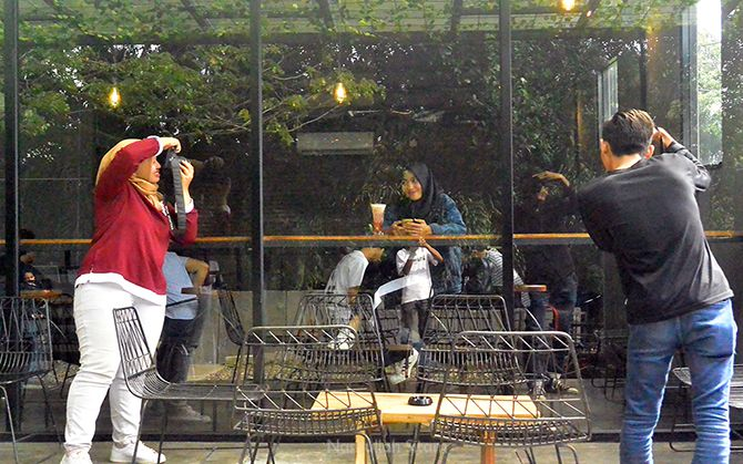 Kedai kopi menjadi salah satu spot berfoto para pecinta media sosial
