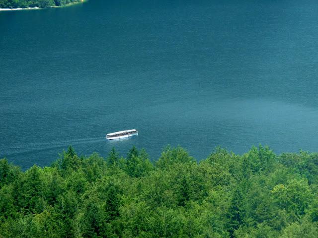 Foto del barco que cruza el lago Bohinj desde el camping Zlatoroj visto desde el teleférico de Vogel. Ruta en autocaravana por Eslovenia | caravaneros.com