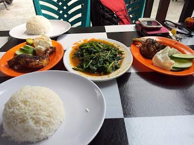 Makanan di Area Wisata Lagoi Bay