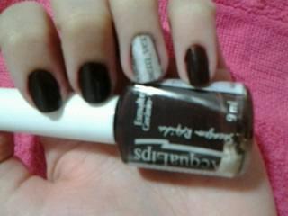 esmalte marrom; nail art com jornal; nail art criativa