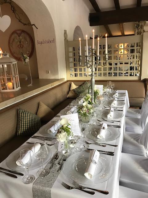 Hochzeitsdinner im Seehaus, Tischdekoration mit Silberleuchtern und Glitzer, 4 Hochzeiten und eine Traumreise 2.0 im Riessersee Hotel Garmisch-Partenkirchen, Traumlocation am See in den Bergen, 2017