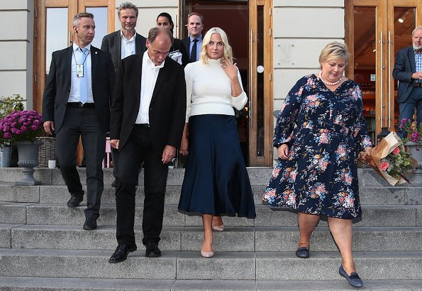 "Prime Minister Erna Solberg and author Olaug Nilssen about the author's ""Tung tids tale"" book. Manolo Blahnik pumps and bag"