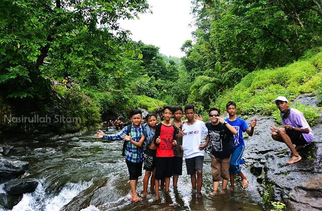 Bersama rombongan kecil lagi di aliran sungai