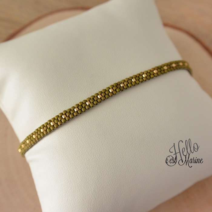 Bracelet simple, olive et or, peyote impair, par Hello c'est Marine