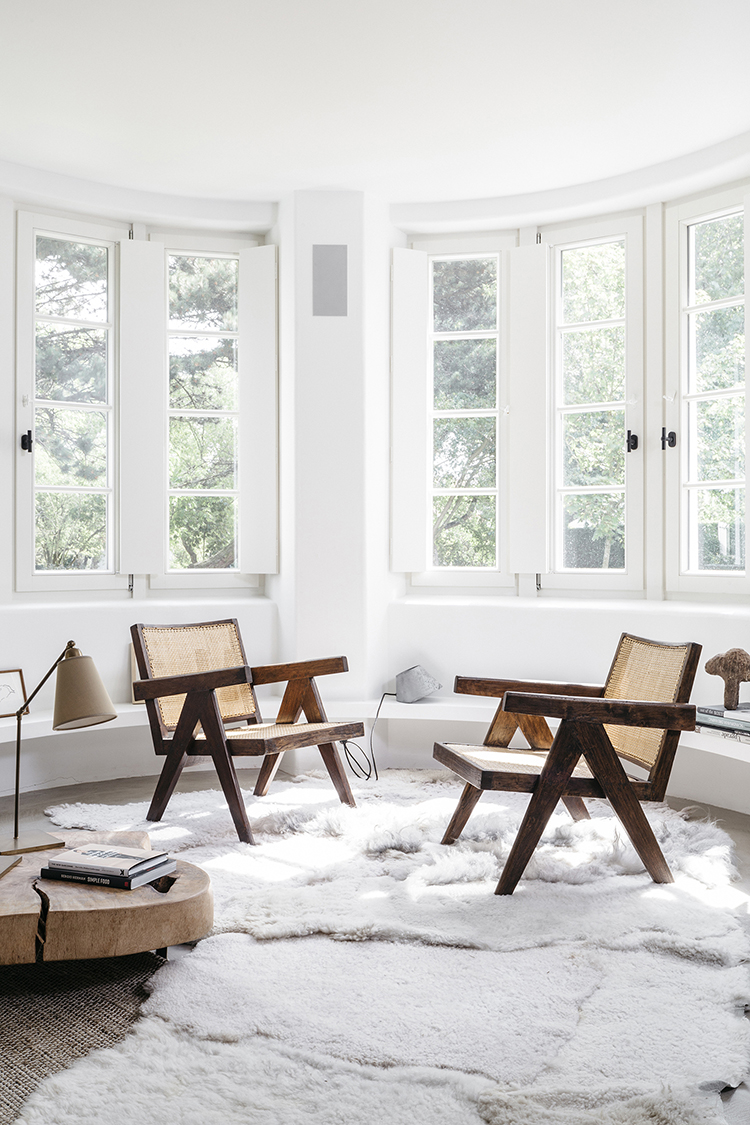 Pierre Jeanneret chairs. Summer house in neutral tones design by Peter Ivens and Bea Mombaers