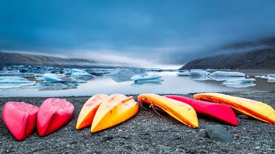 Kayaks a la orilla de un lago glaciar en Islandia