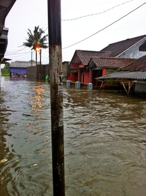 Banjir yang menggenangi Kompleks Perumahan Pegawai PLN.  Sumber foto : Darell's mom @shasashisa