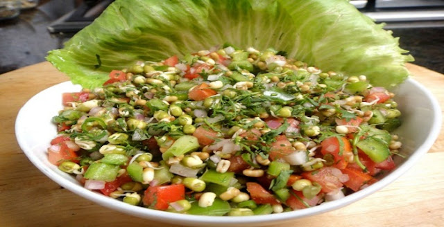 healthy food for pregnant lady in hindi,vegetable salad with sprouts and corn,split urad dal