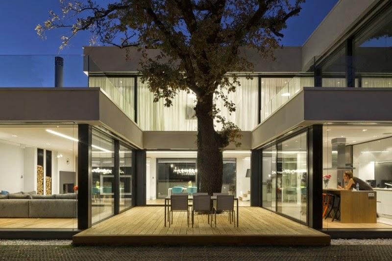 Hogares frescos casa contempor nea integrada con rboles en su arquitectura moderna for Casa moderna vetrate