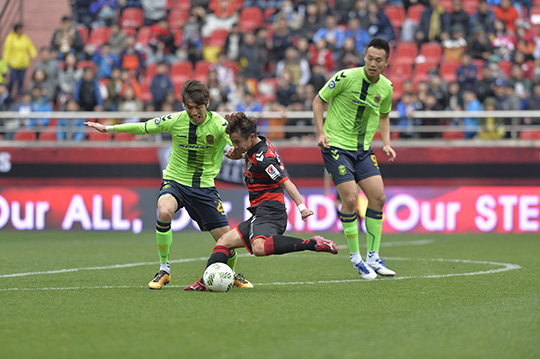A ten-man Jeonbuk Hyundai Motors found their efforts in vein as there lead was snatched from them in the dying minutes by Pohang Steelers. (Photo Credit: Steelers.co.kr)