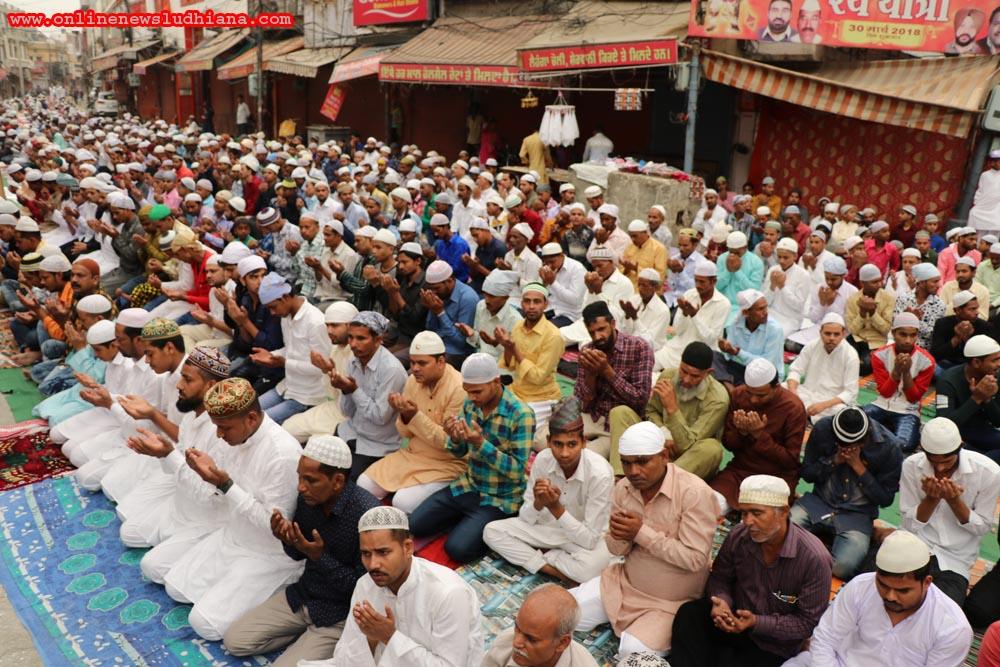 ईद-उल-फितर के मौके पर लुधियाना जामा मस्जिद में नमाज अदा करते मुस्लिम