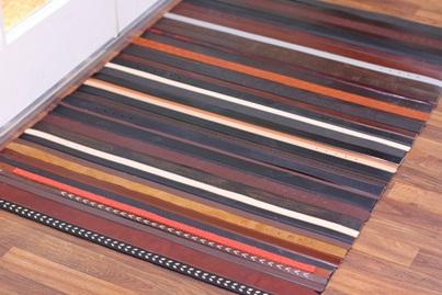 Buat keset dan karpet dari sabuk kulit bekas