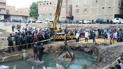 "Lifting the rest of statue by a crane and ropes ""Egypt's ministry of antiquities"