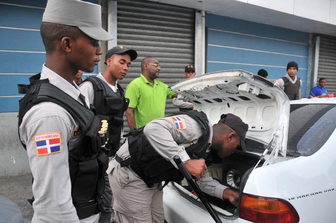 Gobierno anuncia aumentar en febrero salarios a los for Ministro de la policia nacional